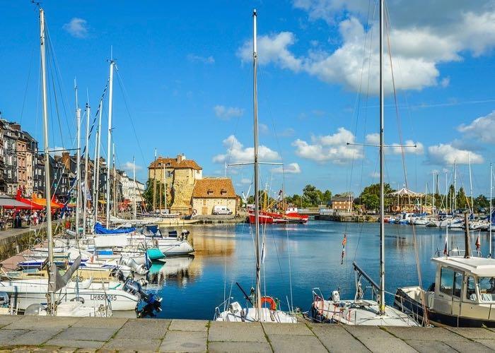 visite de Deauville et son port lors d'une incentive en Normandie autour de la gastronomie et du vin