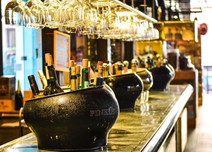 groupe, dégustation, cave, cellar, vin, robe, nez, bouche, arôme, présentation vin, sommelier, animation, évènement d'entreprise, bar à vin, bar à champagne, évènement Paris, verre à vin, entreprise, activité