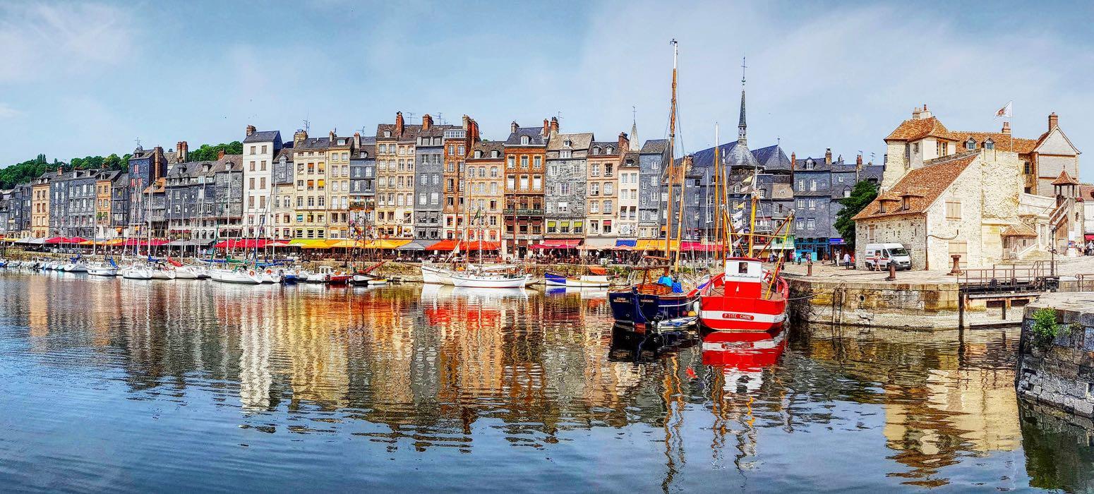 visite de Honfleur et son port lors d'une incentive en Normandie autour de la gastronomie et du vin